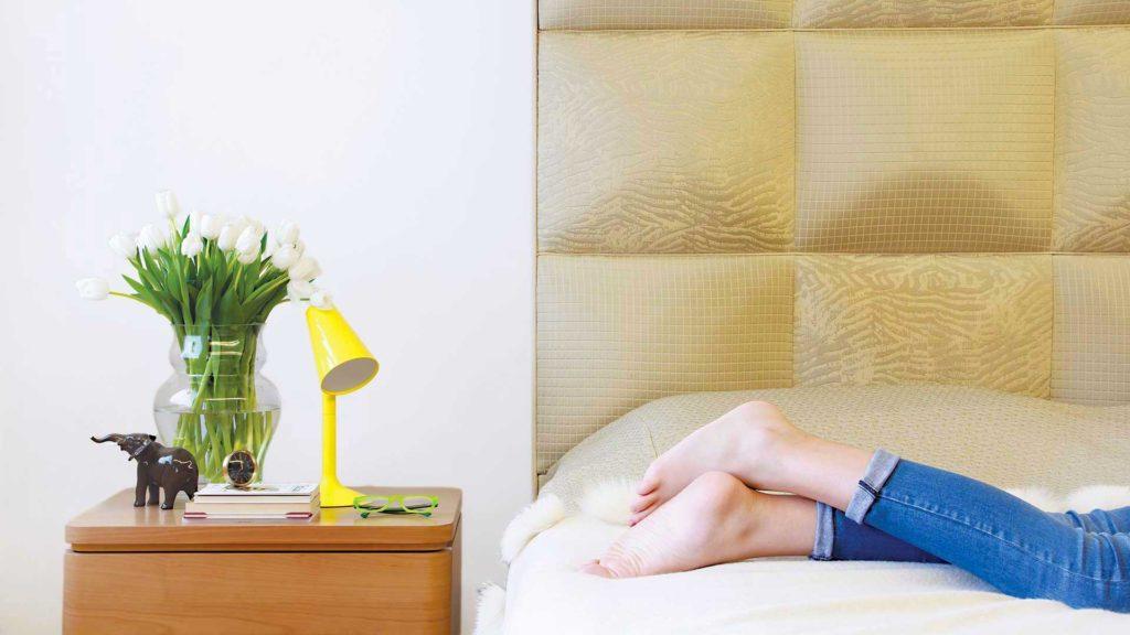 piedi di persona in camera da letto